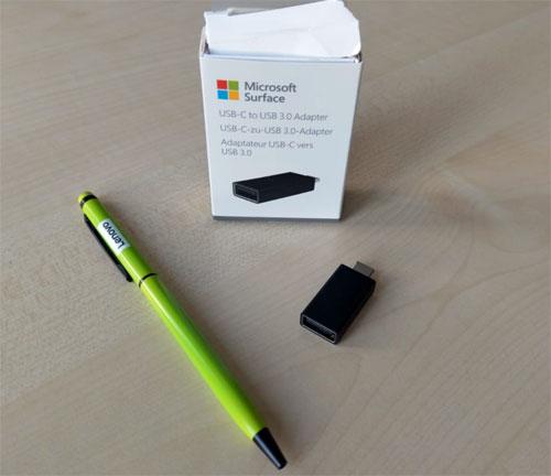 Surface USB-C zu USB 3.0 Adapter Größenvergleich mit einem Kugelschreiber